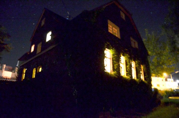 Schule bei Nacht_red